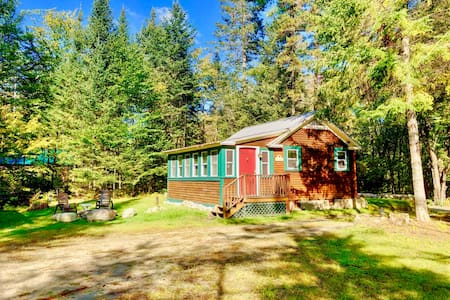 CHR: Adorable cottage in Franconia minutes from Cannon, Franconia Notch State Park, restaurants! Fire Pit, wifi, laundry, bonus room! PROFESSIONALLY CLEANED!