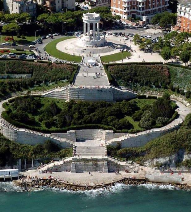 Monumento del Passetto con spiaggia sottostante