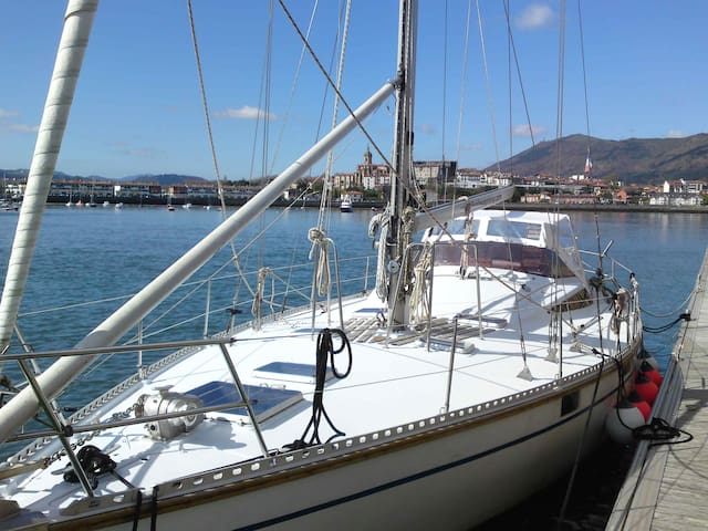 """Guest Boat """"Fisaloey"""" Pays Basque"""
