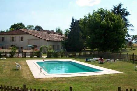 Au Domaine Bardon Gite 12 personnes - Chaunac - บ้าน