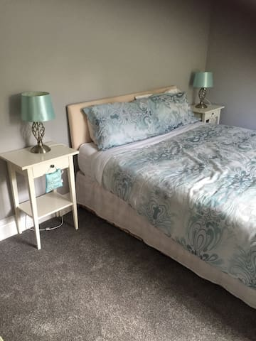 Delightful room with kingsize bed - Hessle - Hus