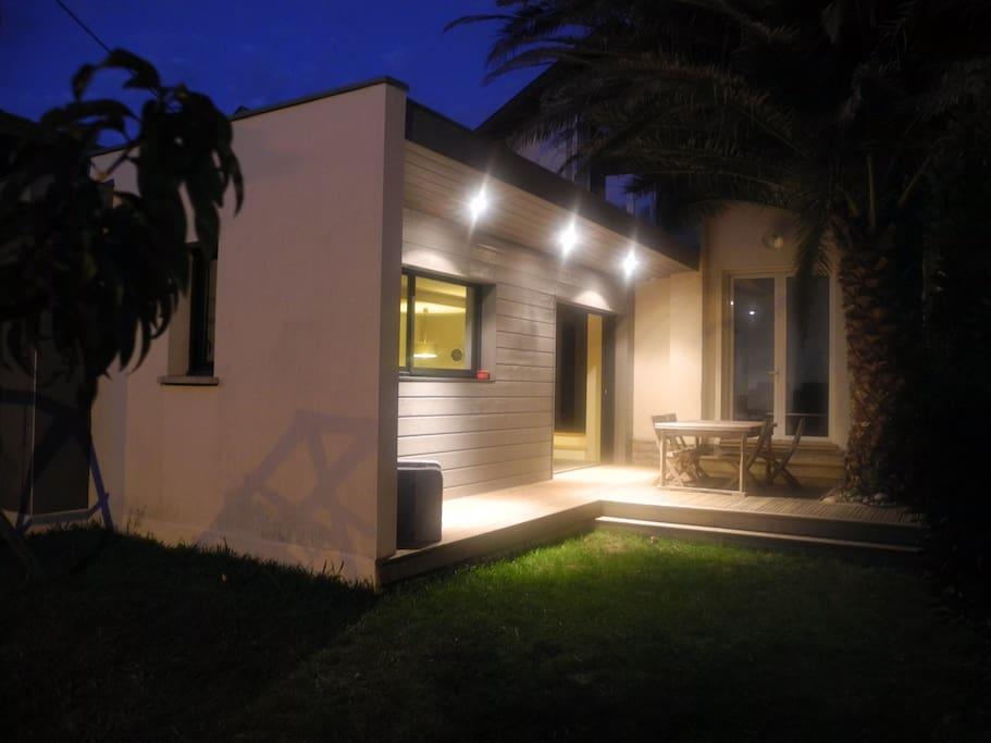 Le jardin de nuit: la terrasse est le prolongement de la pièce de vie.