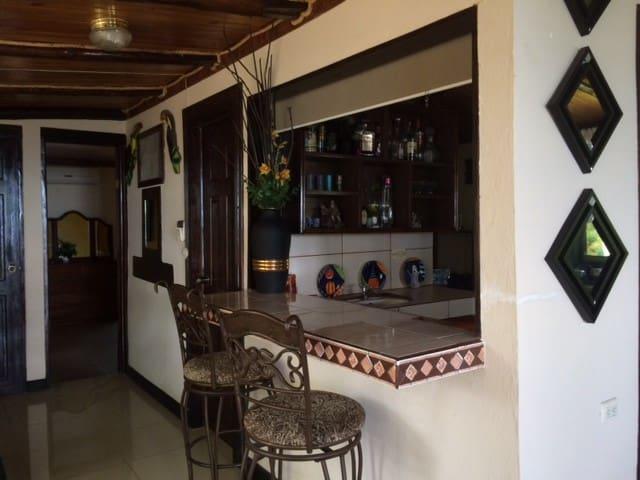 Cabaña con vistas a 10 min de la Playa Puntarenas - El Roble - Natuur/eco-lodge