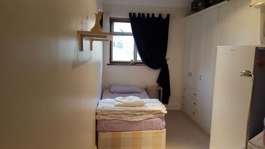Nice clean single room - Epping - House