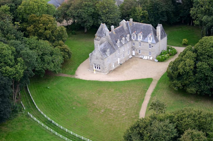 Beautiful manor till 25 persons, 8km from the sea - Plounévez-Lochrist - Kasteel