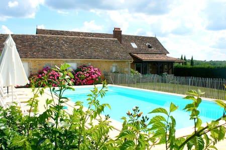 """chez Félix"" piscine privée - Villamblard - Hus"