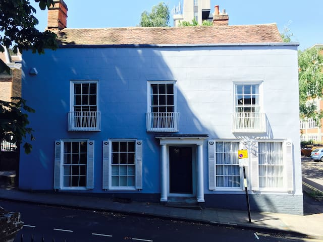 Beautiful Georgian House in Town Centre w/parking