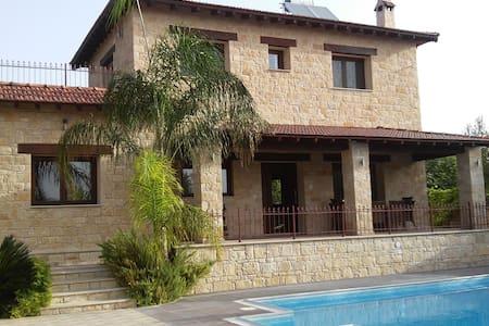 Valencia Grove Villa - Miliou - Rumah