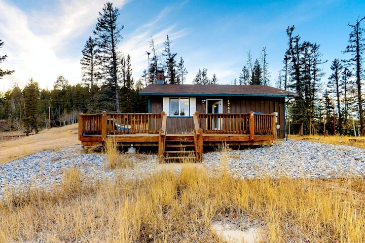 Secluded retreat w/wood stove, free WiFi, mountain & valley views, washer/dryer