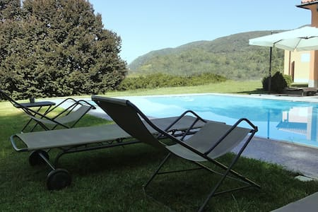 Camera del Cielo con piscina a Il Montesino b&b - Albese Con Cassano - Bed & Breakfast