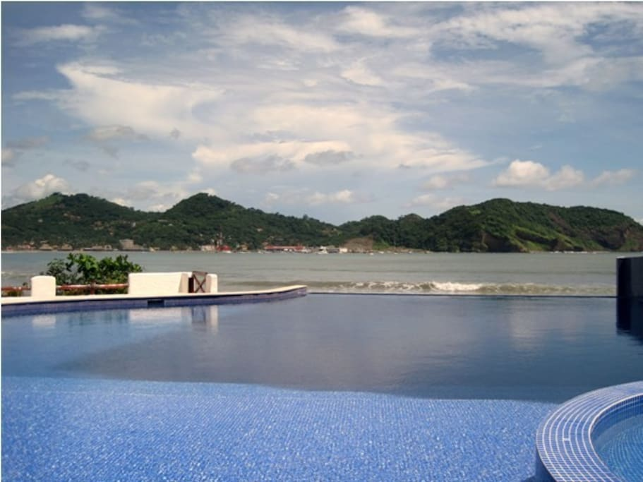 Beautiful infinity edged pool - enoy the pool and the beach at the same time.
