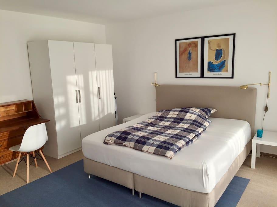 Großzügiges Schlafzimmer mit Boxspring-Bett (180 x 200 cm)