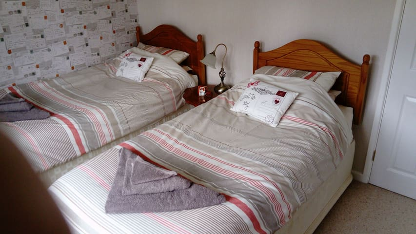 Twin/triple bedroom, WIFI, near Longleat and AOSB.