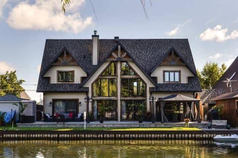 Majestic 3 bedroom / 3 bathroom house by the water