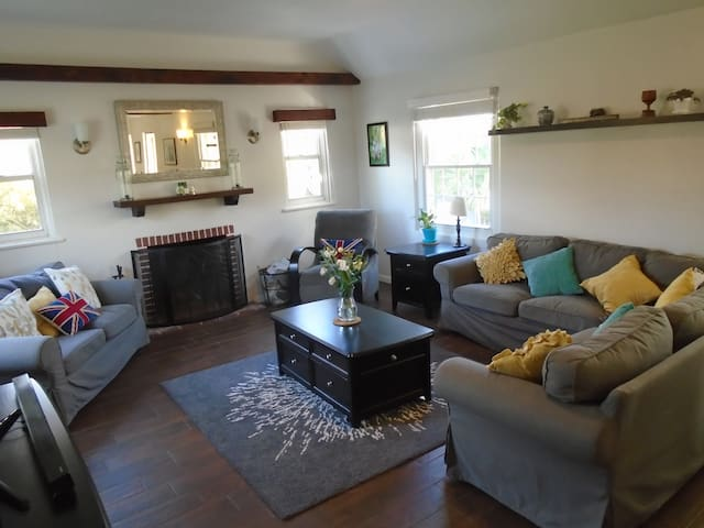 Large living space with lots of seating space.