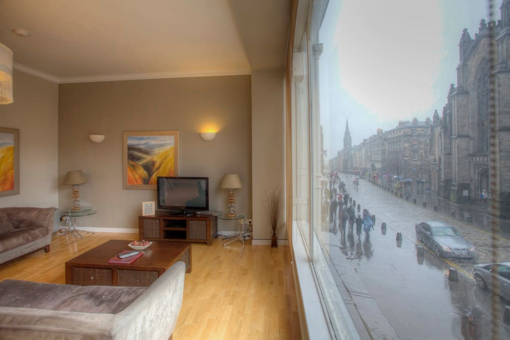 VieAmhor Edinburgh Apartment - Living-room with views of St Giles Cathedral