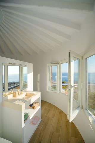 Baño privado de la habitación del Torreón con vistas al mar incluso desde la ducha.