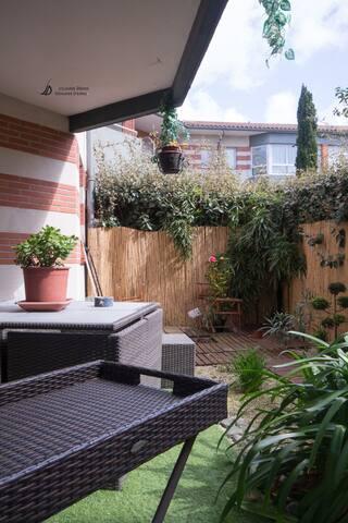 terrasse , coin fumeur devant le jardinet d'inspiration zen