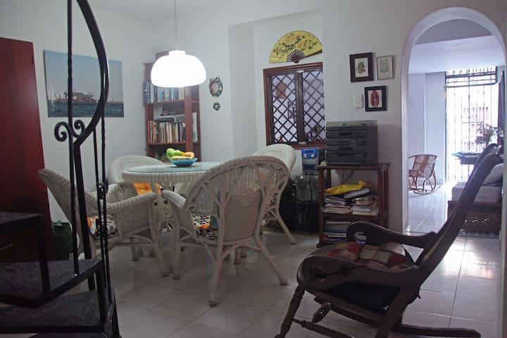 Habitación sencilla con cama doble