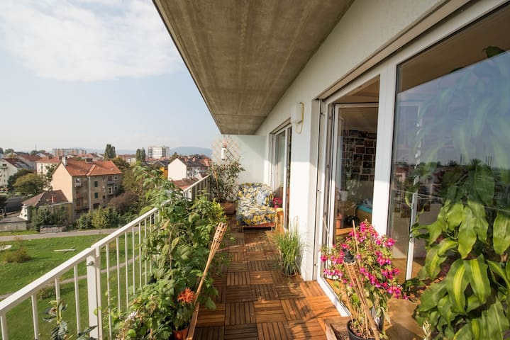 Graz center - Sunny balcony gem - with bike!