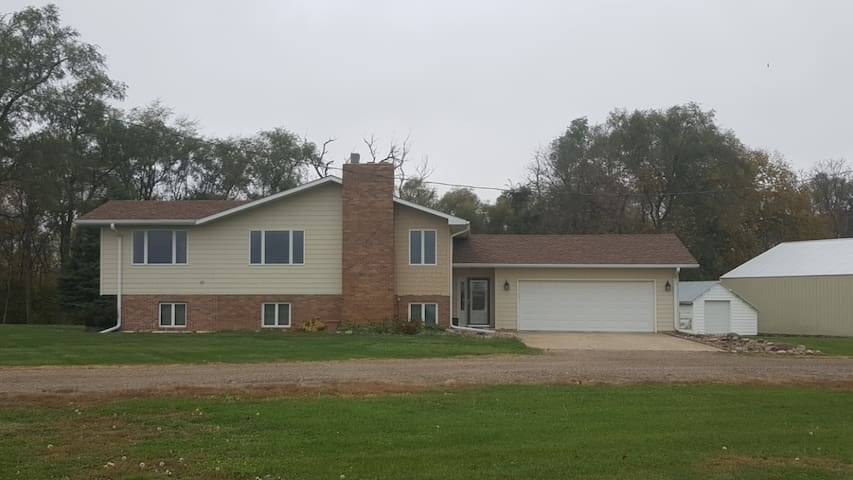 Quiet split level farm home w/ garage parking - Wakonda - Dom