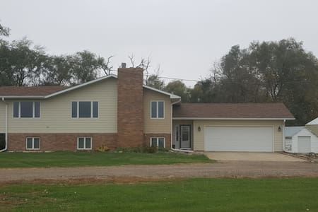 Quiet split level farm home - Wakonda - Talo