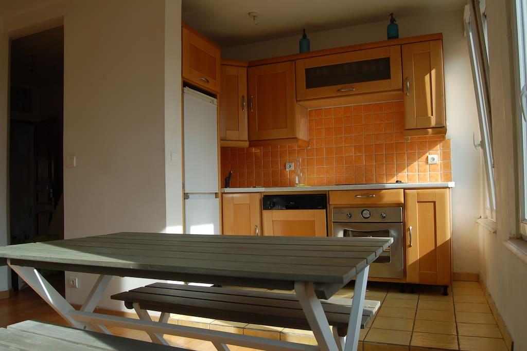 cuisine équipée; four, plaque induction 4 feux, frigo congélateur, lave vaisselle...