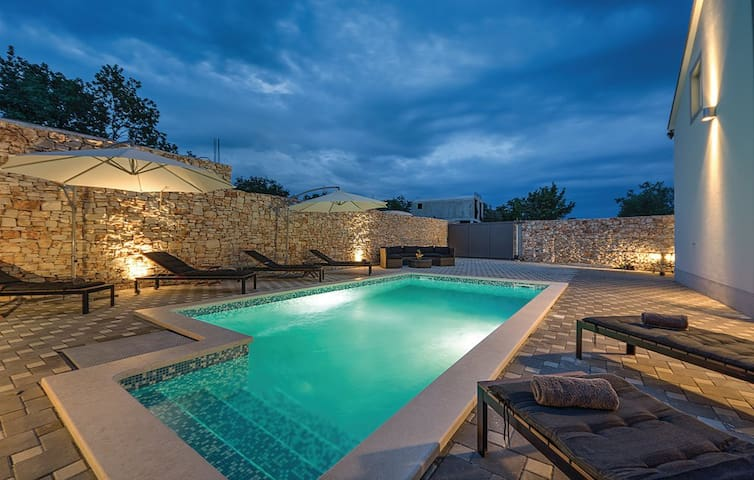 HOUSE WITH SWIMMING POOL AND JACUZZI