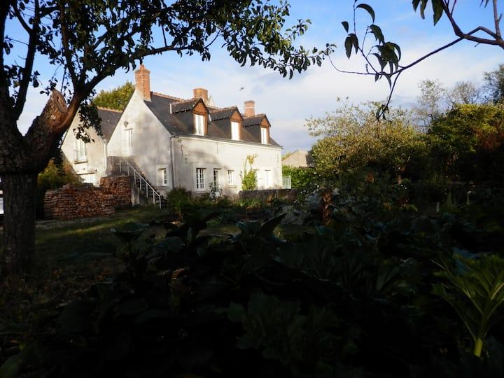 Dans un jardin clos, maison ancienne et lumineuse.