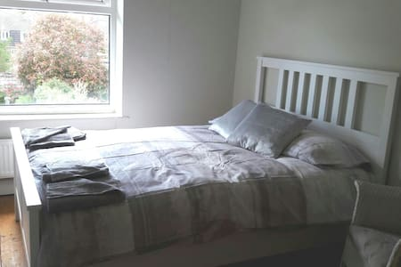 Cosy double room only a short drive from the beach