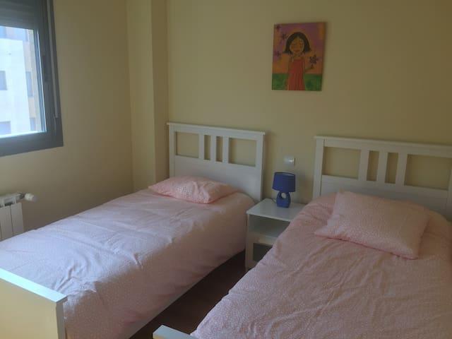 Habitación de dos camas de 90 cm.