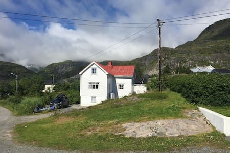 House by the foot of the mountain-Sørvågen Lofoten - Moskenes - Haus