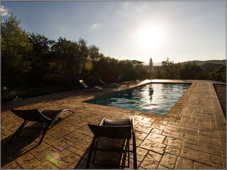 Preciosa puesta de sol desde la piscina privada...