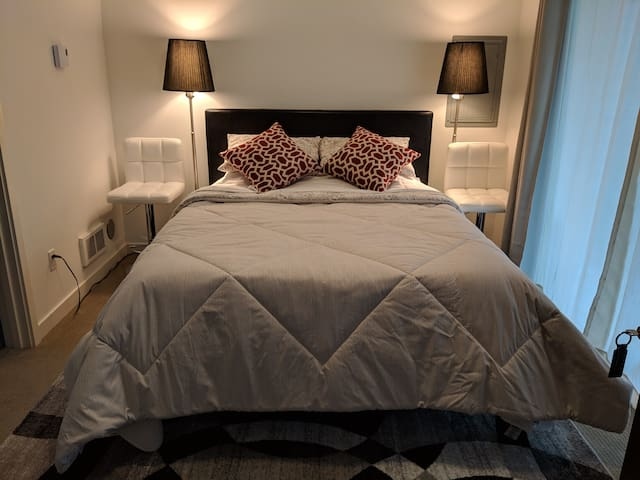 Comfortable & Cozy Bedroom Ensuite in Ballard