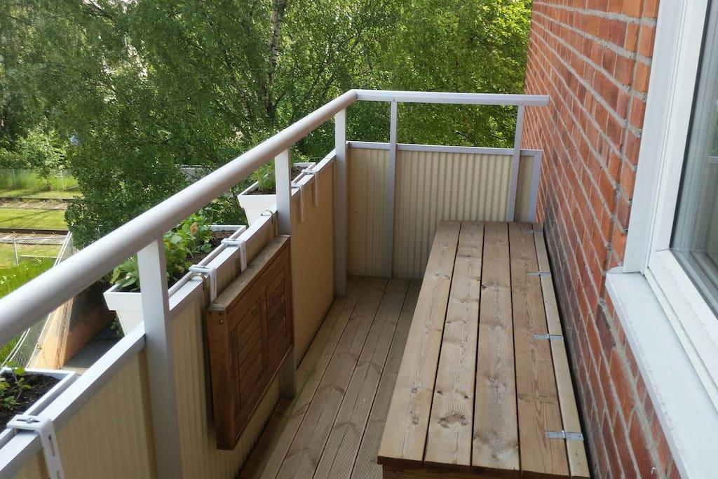 Balkongen där morgonkaffet kan åtnjutas