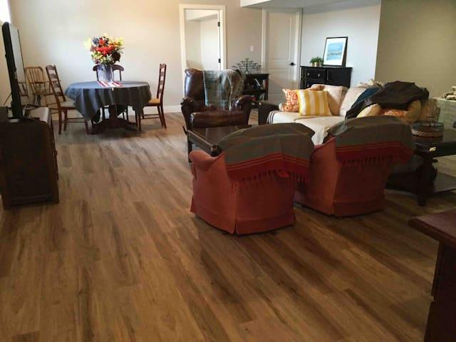 1500 sq ft light housekeeping 2 bedroom(4 queen)