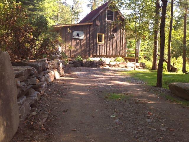 mur de roche à l'approche de la cabane**rock wall on your way to the cabin