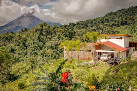 ROMANTIC RETREAT!  VOLCANO VIEWS!  HOT BREAKFAST!