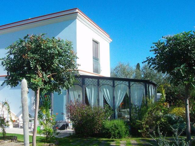 Camera privata con ampio giardino e parcheggio