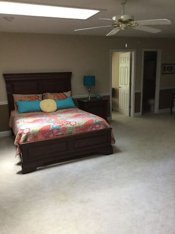 Spacious private room in Cary - Cary - House