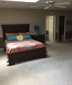 Spacious private room in Cary - Cary - Casa
