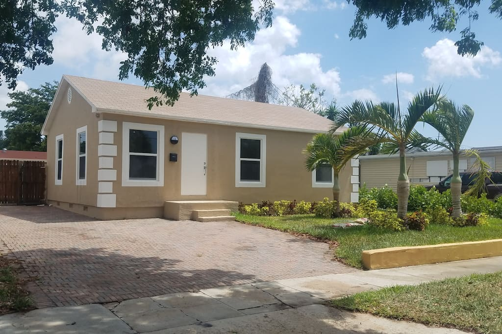 Spacious Tropical Pool Home Minutes From The Beach Houses For Rent In West Palm Beach Florida