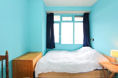 A 'dam West - Zimmer mit einem Doppelbett