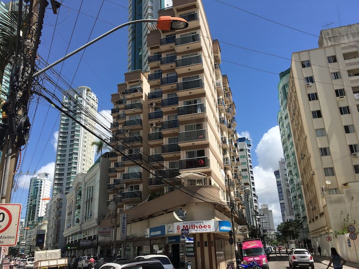 Apto na Avenida Brasil há uma Quadra da Praia