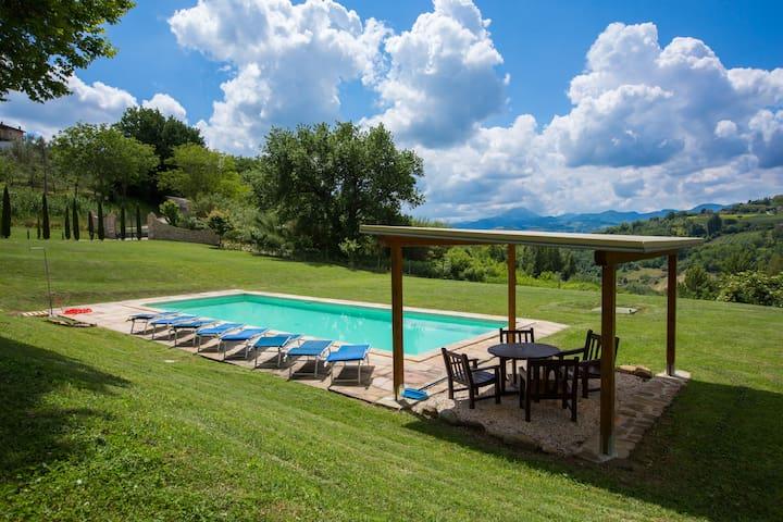 Luxury 4 en-suite bed villa, private pool pizzeria