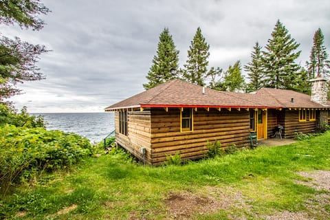 Table Rock is a quaint log cabin a stones throw from the shore of Lake Superior
