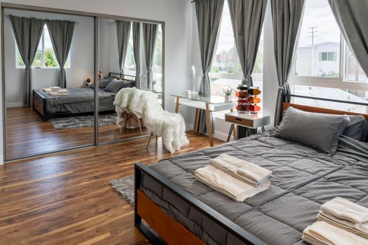 Luxury stay Modern Private Bedroom & Bathroom -103