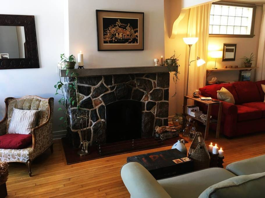 Salon double avec foyer  /  Double living room with fireplace