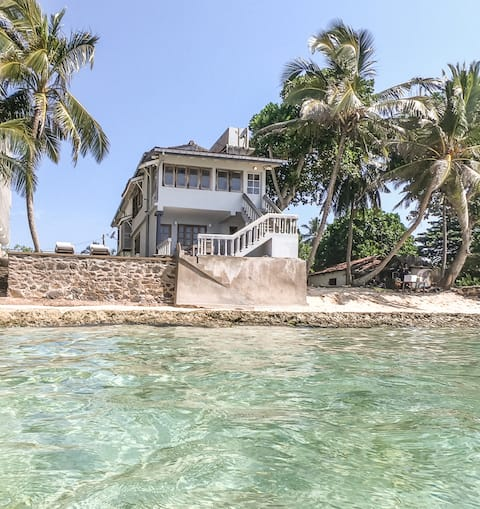 You will be located in this beautiful bottom apartment with full access to the yard and natural ocean swimming pool in the front