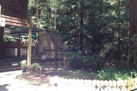 Private Room w/ shared bath in the Redwoods - Felton